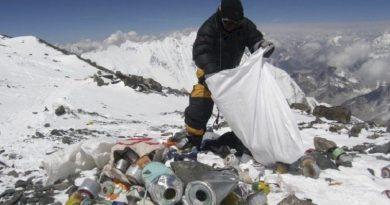Πετάχτηκαν 2,2 τόνοι σκουπίδια από το όρος Έβερεστ