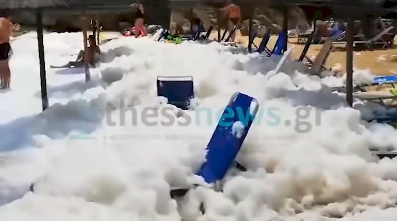 Ένα σπάνιο φαινόμενο – οι ελληνικές παραλίες πλημμυρίζουν με αφρό VIDEO