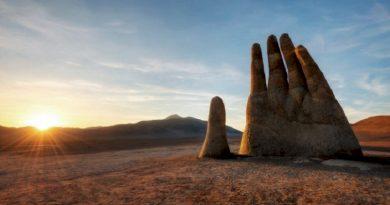 Ένα τεράστιο γλυπτό που δημιουργήθηκε στη μέση της ερήμου μεταφέρει ένα σημαντικό μήνυμα