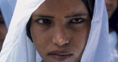 Μια μουσουλμανική φυλή στην οποία οι άνδρες καλύπτουν τα πρόσωπά τους και οι γυναίκες έχουν εραστές