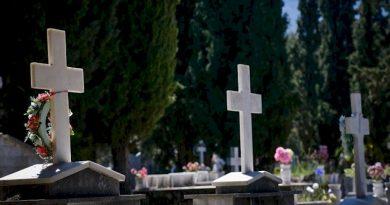 Ζητούν εκταφές συγγενών τους για να δουν αν πέθαναν από κορονοϊό
